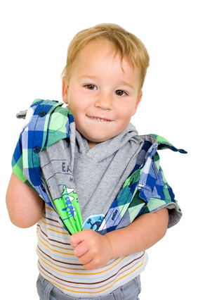 Self-reliance Kleiner Junge beim Anziehen
